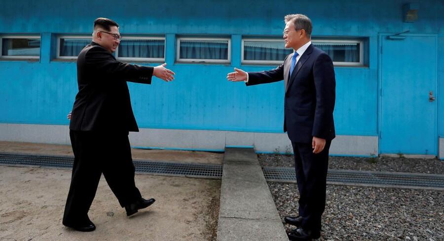 Sydkoreas præsident Moon Jae-in og Nordkoreas lede Kim Jong Un giver hinanden hånden i april 2018. (Foto: POOL New/Ritzau Scanpix)