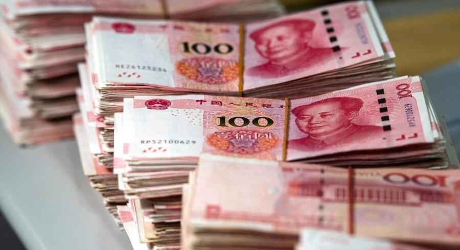 Hen over sommeren er den kinesiske valuta blevet svækket med otte pct. over for dollaren. Det er et naturligt led i, at den kinesiske valuta er begyndt at flyde mere frit, mener økonomer.