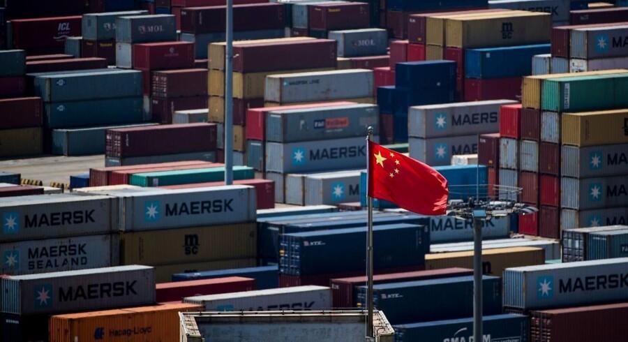 Det kinesiske flag vajer over havnen i Shanghai, hvorfra en stor del af den kinesiske eksport sendes til USA. Kineserne eksporterede varer for 500 mia. dollar til USA i 2017.