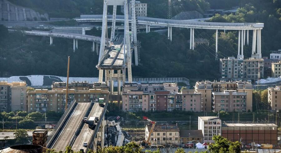 Et knap 200 meter langt gabende hul på Genovas Ponte Morandi.