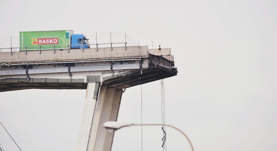 En 37-årig lastbilchauffør nåede at gennemføre en katastrofeopbremsning kort før, han styrtede i døden. Hans efterladte lastbil på kanten af afgrunden er blevet stående som et billede på absurditeten i tirsdagens brokollaps i udkanten af den norditalienske havneby Genova.