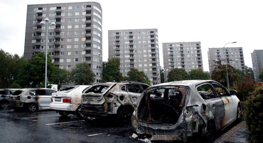 Burned cars parked at Frolunda Square in Gothenburg, Tuesday, Aug. 14, 2018. I en tilsyneladende koordineret aktion stak grupper af unge ild til parkerede biler flere steder i Sverige. Statsminister Stefan Löfven (S) raser af de unge. Det skriver Ritzau, tirsdag den 14. august 2018.. (Foto: Adam Ihse/TT/Ritzau Scanpix)