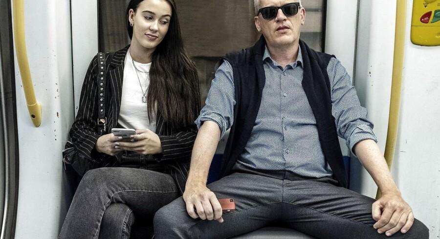 Berlingskes Kristian Lindberg demonstrerer, hvordan man »manspreader« og dominerer territoriet i Metroen i København.