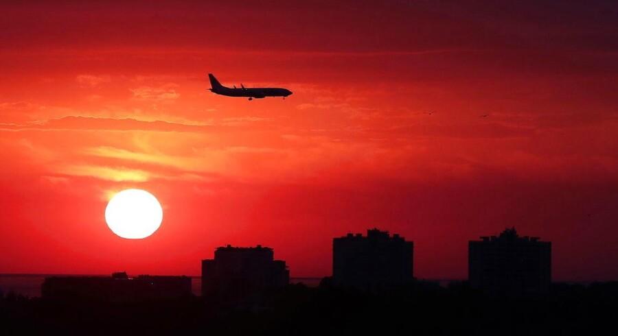 Flytrafik er en af de store klimasyndere. Ifølge modelberegninger skal klodens CO2-udledninger toppe nu og begynde at falde drastisk fra 2020. Ellers kan vi skyde en hvid ispind efter alle forhåbninger om at komme i togradersmålet.