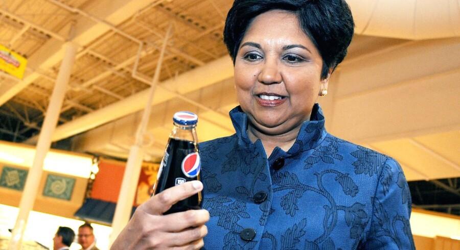 PepsiCos afgående topchef, Indra Nooyi, er blevet kendt for at rykke læskedriksgiganten i retning af sundere drikkevarer og snacks. Her inspicerer hun dog en traditionel Pepsi-Cola i en forretning i New York i juni 2013. »Jeg forsøger bare at gøre produkterne sundere. Og gæt, hvad folk så siger? »Vær ikke Moder Teresa. Dit job er at sælge sodavand og chips«.