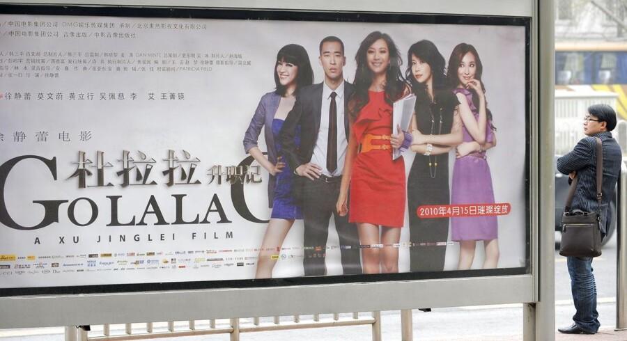 Det kinesiske biografmarked er svært at komme ind på for udenlandske filmselskabere, der kan have svært ved at »ramme tonen«. I løbet af filmen »Go Lala Go« bliver det løbende rapporteret i en boks på skærmen, hvor meget hovedpersonen Lala får i lønforhøjelser. »Og det er ikke ment som en joke,« siger herboende Xinxin Ren Gudbjörnsson, der har arbejdet som konsulent for udenlandske filmselskaber. AFP PHOTO / LIU Jin. LIU JIN / AFP