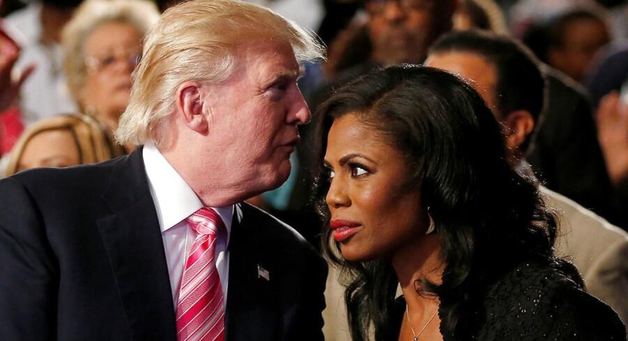 Så nære var de engang: Donald Trump sammen med sin lærling, Omarosa Manigault, som deltog i fire af hans reality-show, og som var en af toplederne i hans præsidentkampagne og i Det Hvide Hus. Nu giver hun ham en bredside i en ny bog.