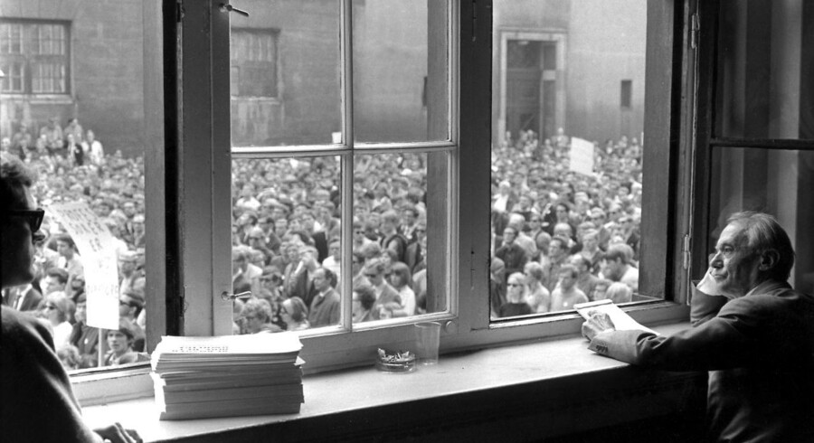 Københavns Universitets daværende rektor, Mogens Fog, kigger på studenter i oprør. Dengang var kapitalismen og klassesamfundet to begreber, som kunne forklare alt. I dag kan kolonialismen.
