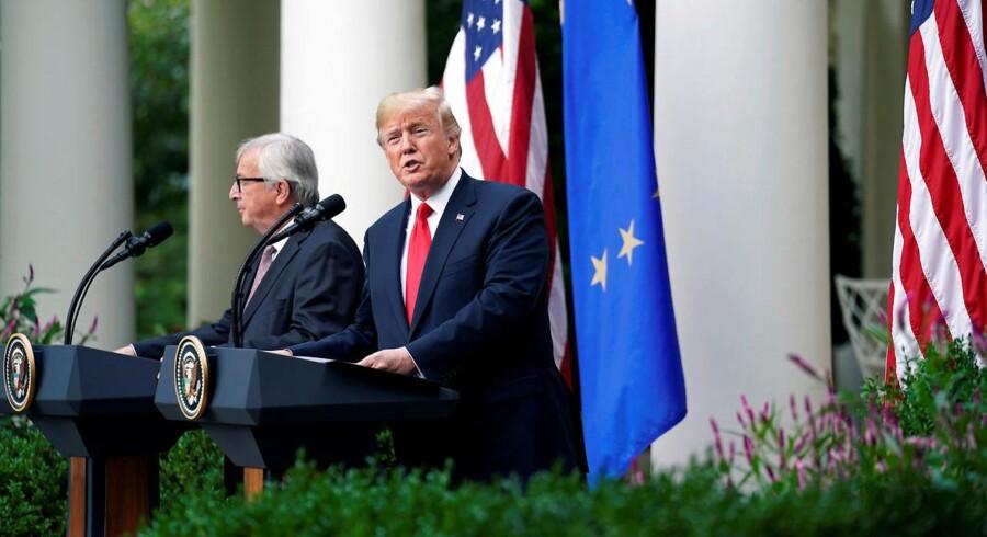 EU befinder sig i en livstruende krise, og det amerikanske demokrati er i reel fare, lyder advarslen i flere af tidens politiske bøger. Her ses EU-kommissionsformand Jean-Claude Juncker i selskab med USAs præsident, Donald Trump, under et møde i Det Hvide Hus i Washington, DC.
