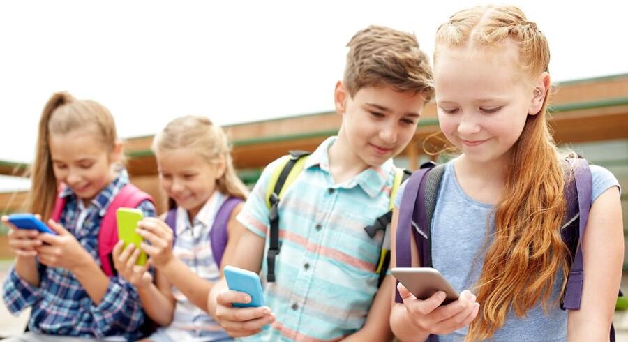 Det vil være bedst at lade skolerne tage de relevante overvejelser med sig selv om elevernes brug af mobiltelefoner i skoletiden.
