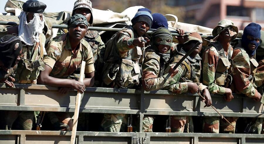 Militærfolk kører rundt i Harares gader og patruljerer for at undgå yderligere optøjer.