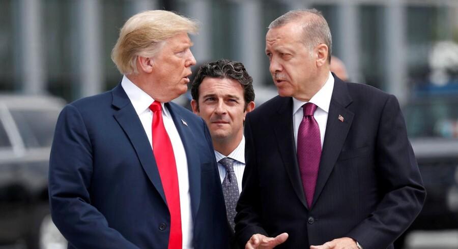 USAs Donald Trump og Tyrkiets præsident, Tayyip Erdogan, taler sammen ved begyndelsen af NATO-topmødet i Belgien 11. juli 2018.