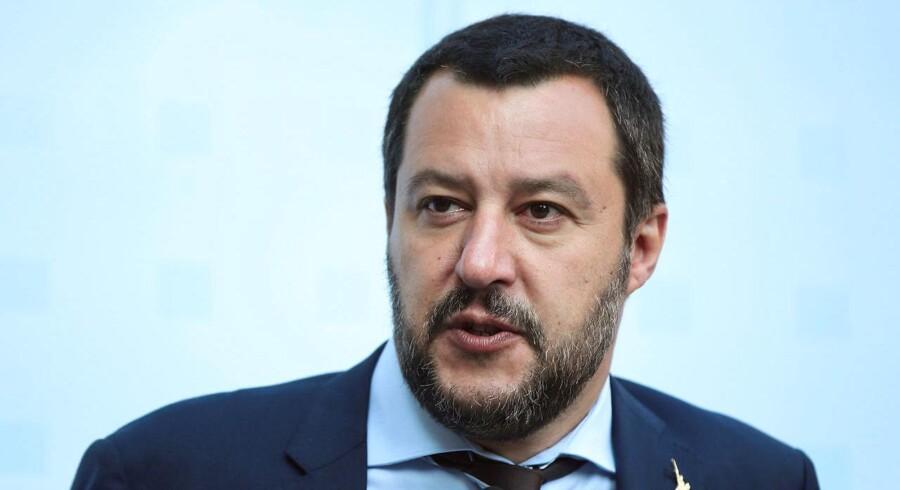 Italiens indenrigsminister, Matteo Salvini, leder af det højrenationale parti Lega, har på Mussolinis 135-års fødselsdag udsendt et tweet, der er en tro kopi af Mussolini-citatet »Mange fjender, stor ære«.