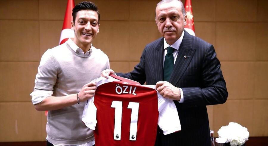 Den tyske fodboldspiller, Mesut Özil, bidrager med troværdighed og sympati til den tyrkiske, autoritære præsident Erdogan. Özil er blevet kritiseret for mødet, som spilleren kalder et udtryk for racisme, men kritikerne siger, at han bliver behandlet som alle andre, der vælger at sympatisere med Erdogan.