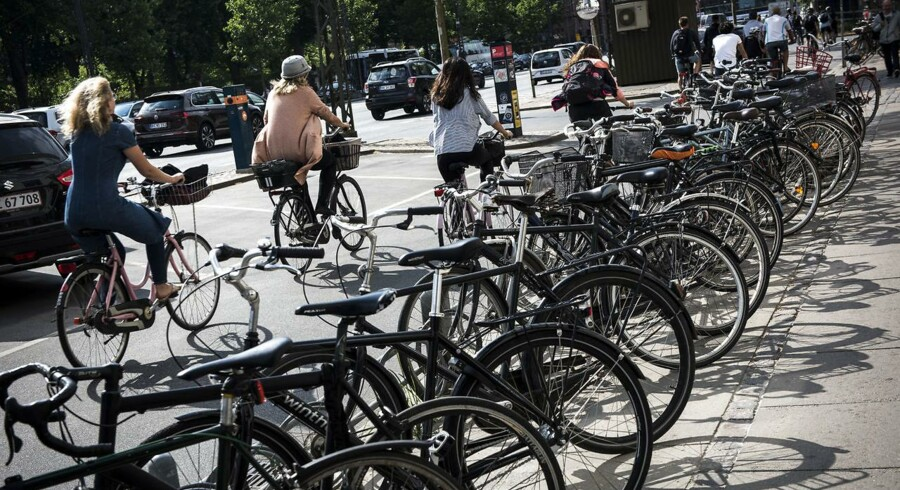 Det er helt med overlæg, at der ikke optræder en cykelhjelm i den nye kampagnefilm fra Rådet for Sikker Trafik.