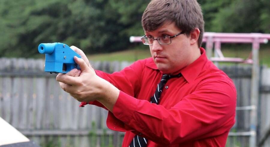 Arkivfoto fra 2013. Softwareingeniør Travis Lerol tager sigte med den 3D-printede pistol »Liberator«.