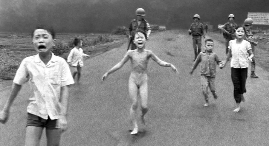 Ni-årige Kim Phúc går grædende på vejen med andre sydvietnamesiske børn, efter at et sydvietnamesisk fly ved en fejl har bombet dem med napalm. Kim Phúc fik tredjegradsforbrændinger, og billedet blev et af de mest ikoniske fra Vietnamkrigen.