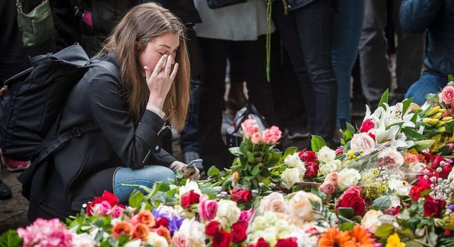 En ung kvinde er tydeligt rørt under et minuts stilhed for at mindes ofrene for terrorangrebet nær storcentret Ahlens i Stockholm, hvor fem personer blev dræbt i april sidste år, da en dengang 39-årig mand fra Usbekistan kaprede en lastbil og kørte dødskørsel ned ad en gågade.