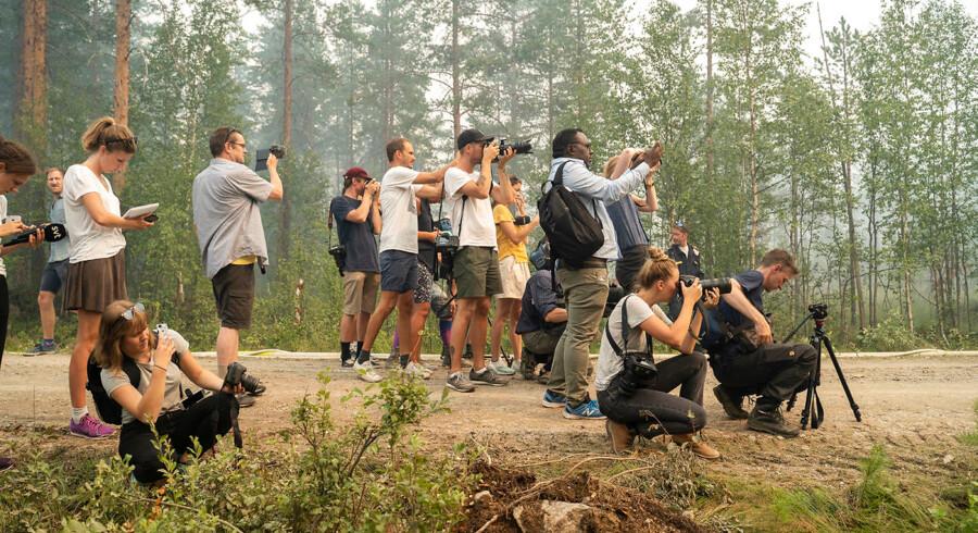I området omkring Ljusdal i Sverige, er store dele hærget af mange ukontrollerede skovbrande.De har modtaget assistance fra flere EU lande, blandt andet Danmark. Her er pressen på tur bag ved afspærringerne.