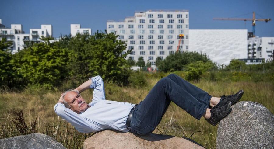 Trevor Davies kom til Danmark i 1974 og har stået i spidsen for store kultursatsninger som Aahus Festuge og Kulturby København og var idémanden bag det oplæg, der sikrede Aarhus værdigheden som kulturhovedstad i 2017. 1979 grundlagde han Københavns Internationale Teater, som de kommende dage præsenterer danseforestillingen »9000 Steps« tre »magiske« steder i København, bl.a. i Naturpark Amager, hvor dette billede er taget.