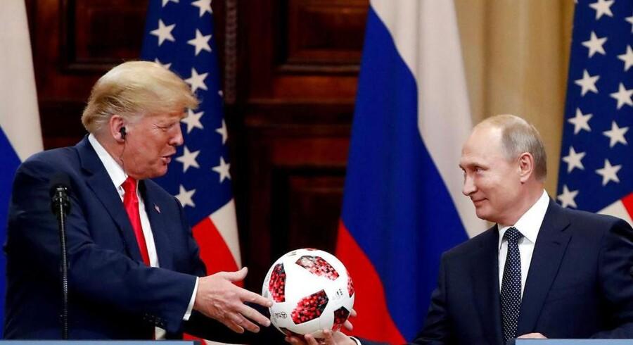 Vladimir Putin overrækker Donald Trump en fodbold på pressekonferencen efter topmødet i Helsinki. Foto Gregorij Dukor/Reuters/Ritzau Scanpix