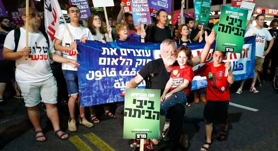 Danske medier lyver om den nye israelske lov, der kalder Israel for »jødernes nationale hjemland«, mener daglig leder af Forum for Dialog om Israel. Den nye lov blev behandlet kritisk i danske medier, men medførte også protestdemonstration i Tel Avivs gader.