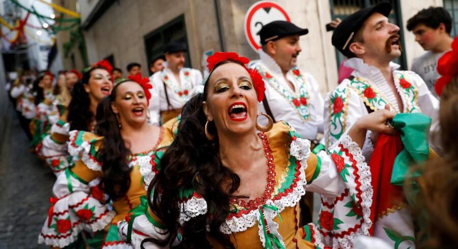 Glæden er tilbage i Portugal. Her en gruppe dansere fra Alfama-kvarteret på vej til fejringen af den populære helgen Santo António de Lisboa.