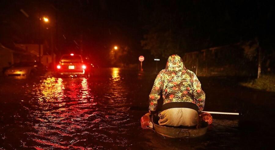 Michael Nelson flyder afsted i en hjemmelavet båd, efter floden Neuse er gået over sine bredder under orkanen Florence. Men det er blot begyndelsen.