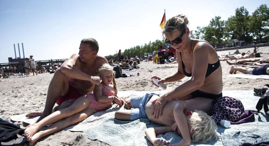 Familen Vorgaard er i høj grad opmærksomme på risikoen for hudkræft. Her er Heidi Vorgaard ved at give Frederik solcreme på.