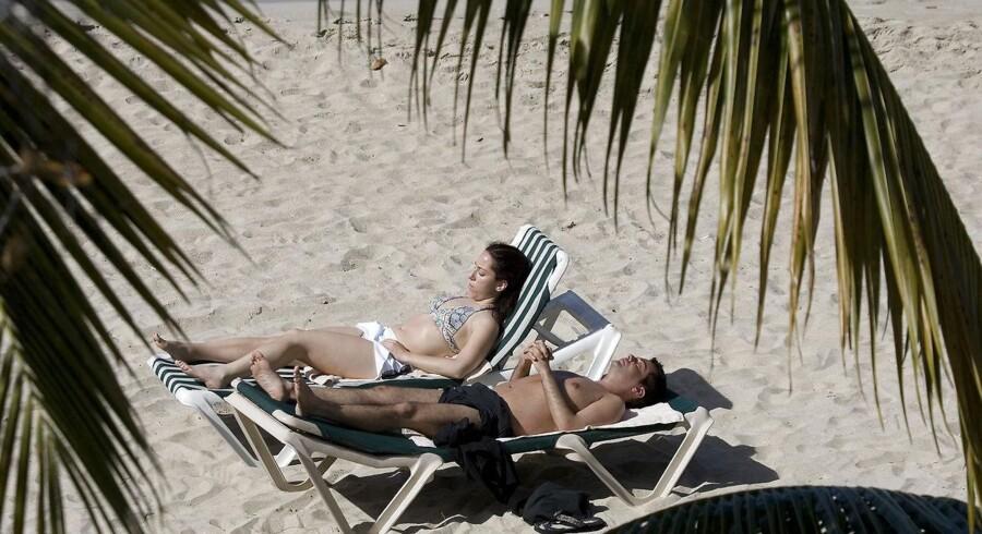 Andelen af danskere – både voksne og børn – der bliver solskoldet under solferien stiger markant, viser undersøgelse.