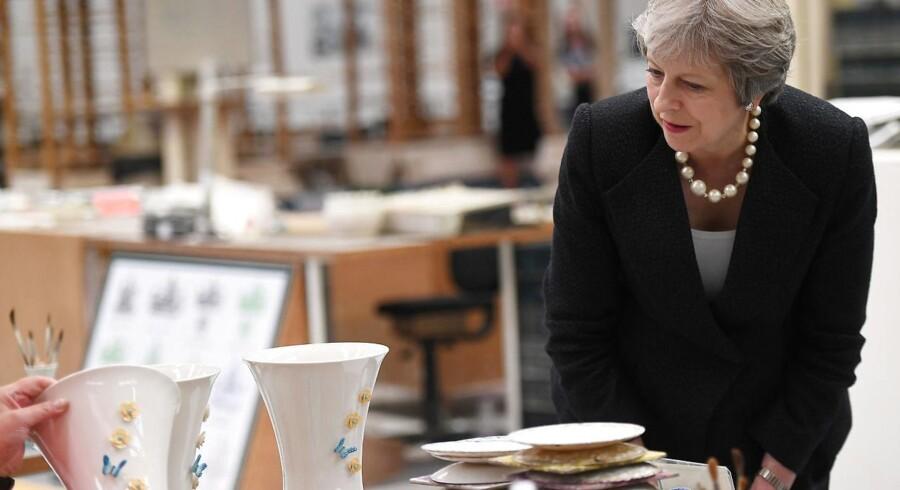 Den britiske premierminister var fredag på besøg i Nordirland, og her besøgte Theresa May et pottemagerværksted i Belfast. I fremtidens Brexit bliver det mere knudret, hvis pottemagerne og alle andre vil handle med EU, og det kræver en mindre hær af beskattere og inspektører.