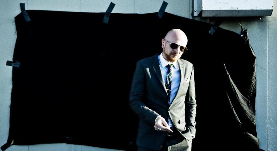 Mads Brügger mener absolut ikke, at slipset er på vej ud af herregarderoben.