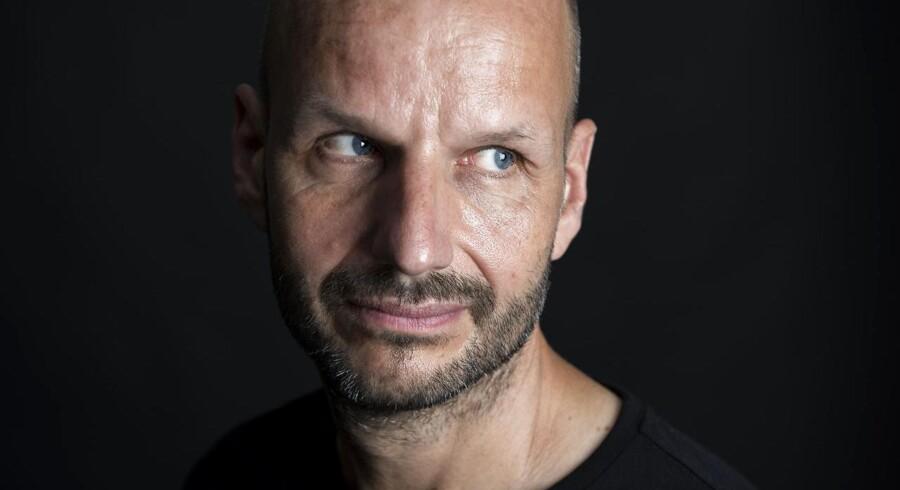 Kunstneren Jakob Jakobsen har lavet et kunstværk bestående af en masse A4-ark, der hver især annoncerer forskellige danske politikeres død. Eksempelvis »Lars Løkke Rasmussen er død.«