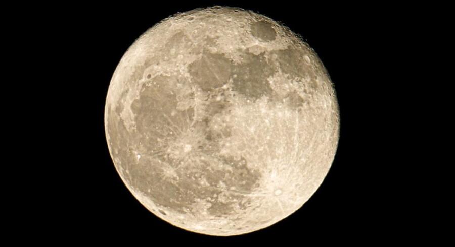 Der er normalt omking 380.000 kilometer fra Jorden til Månen, og inden længe vil et turist flyve hele vejen der op om bord i en privat, amerikansk rumraket.
