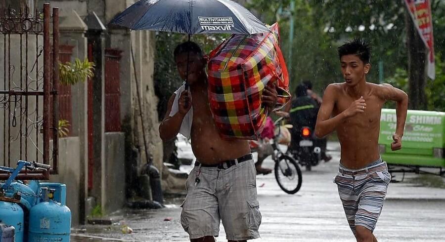 Indbyggere i byen Tuguegarao nord for Manila søger i sikkerhed forud for tyfonen Mangkhuts ankomst.