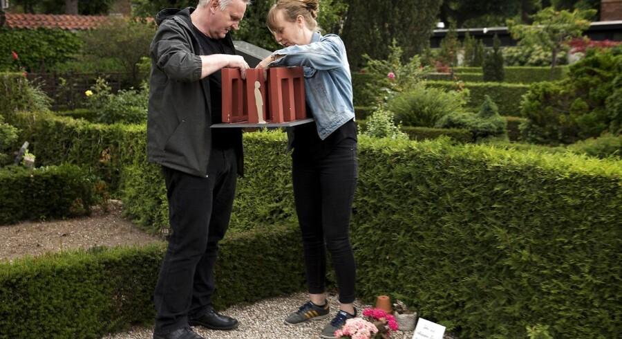 Astrid og Asger Hunov med en model af det mausoleum, de snart skal rejse over deres far på Frederiksberg Ældre Kirkegård. Faren, kunstsamler John Hunov, fik for årtier siden sin ungdomsven, Per Kirkeby, til at tegne mausoleet.