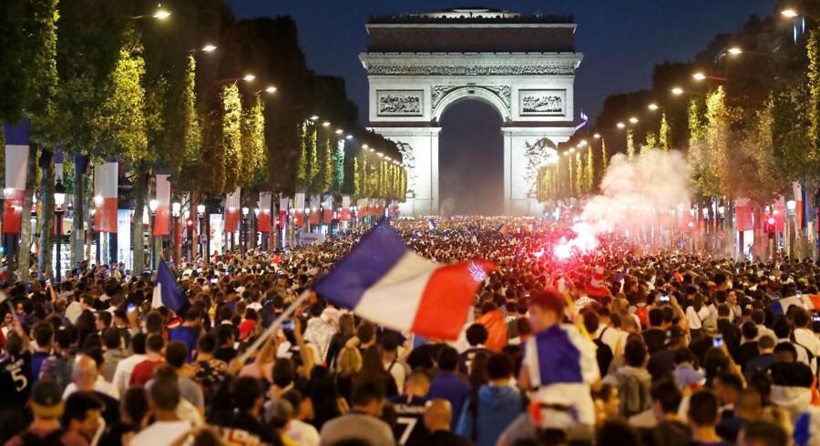 Det er den europæsike holdånd, der har gjort, at VM nu er et europæisk anliggende. Her ses Champs-Élysées i Paris efter sejren over Belgien. 10. juli.