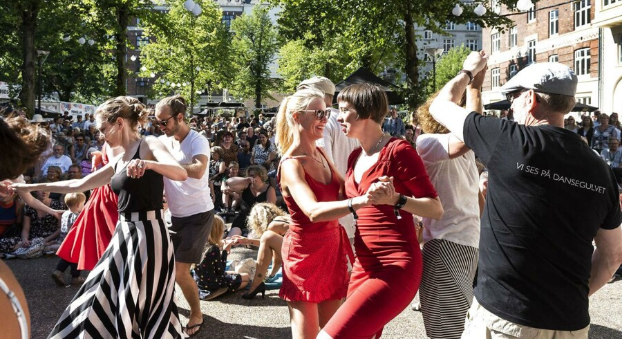 Copenhagen Jazz Festival 2018. Publikum danser til New Orleans vokaljazz med Meschiya Lake & Dizzy Birds (US) på scenen på Balders Plads Lørdag 14. juli 2018