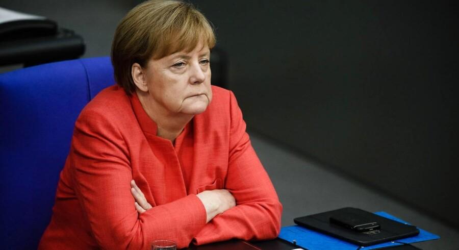 Den tyske kansler, Angela Merkel, er hårdt trængt og kæmper for at holde sammen på sin regering.