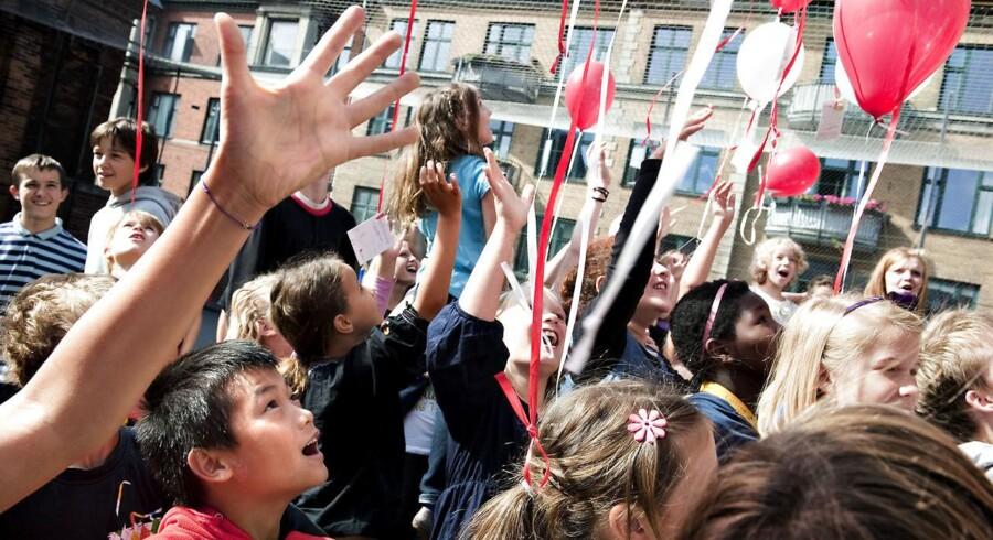 Lise Egholm har et stærkt unuanceret syn på friskoler, mener Peter Bendix Pedersen. Her ses skoleelever fra Mariensdals Friskole på Vesterbro i København sende balloner i luften med budskaber til afrikanske børn 2009. For enden af hver ballon hænger et postkort, hvor eleverne har lavet tegninger, hilsner, regnestykker og digte i sympati med de 75 mio. børn verden over, der ikke går i skole.
