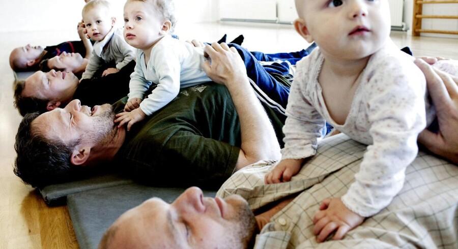 EU overvejer at indføre øremærket barsel til fædre. Det bliver ofte hævdet at være den vigtigste forudsætning for at reducere løngabet mellem mænd og kvinder. Men nordiske erfaringer viser, at den største hurdle for ligeløn er, at kvinder går ned i tid og søger job i det offentlige. Her er barselsfædre til babyrytmik på Østerbro (arkivfoto).