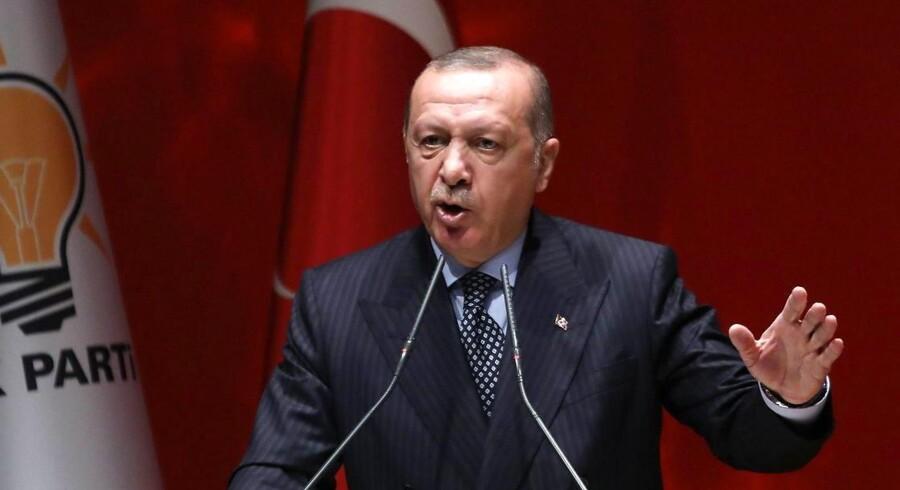 Den tyrkiske præsident, Erdogan, forfægter et synspunkt om, at renter er roden til økonomisk uføre. Alligevel har nationalbanken forleden måttet forhøje renten voldsomt for at dæmpe valutauro.