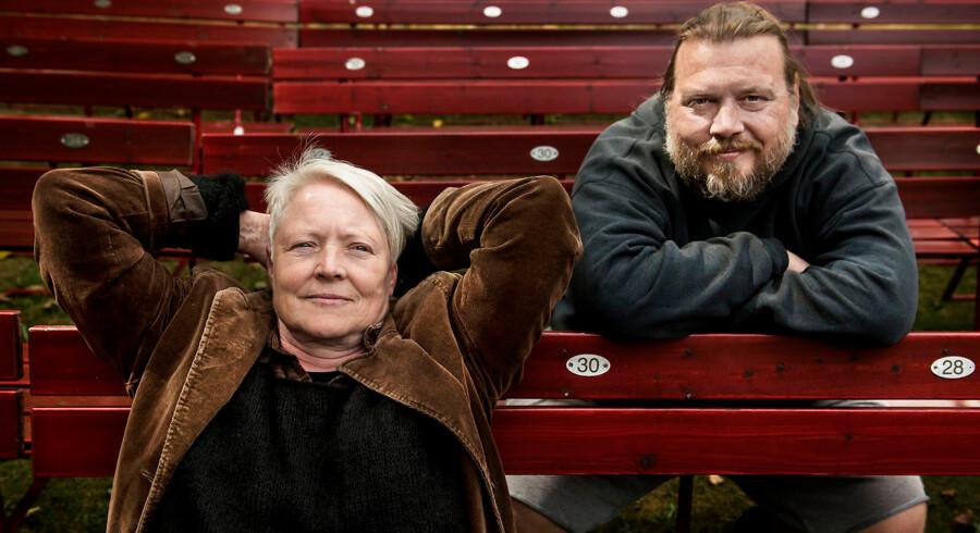 Instruktør Madeleine Røn Juul og Nicolas Bro, der spiller hovedrollen som den strengt moralske Alceste, i Designmuseum Danmarks have, hvor Grønnegåreds Teatret de næste to måneder spiller Moliéres »Misantropen«.
