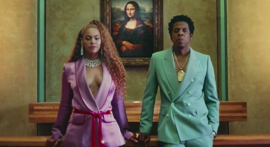 Videoen til singlen »Apeshit« er filmet på Louvre i Paris. På billedet, der også fungerer som cover til singlen, ses Beyoncé og Jay-Z foran det ikoniske maleri »Mona Lisa«. Er det en måde for parret at cementere deres plads i kulturhistorien, eller er det bare blær?