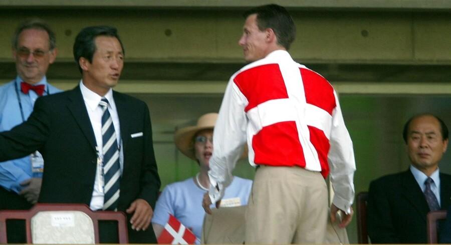 VM 2002, FODBOLD, DANMARK - SENEGAL (1-1) - Prins Joachim fremviser dansk sindelag under VM-kampen mod Senegal torsdag juni 6, 2002.