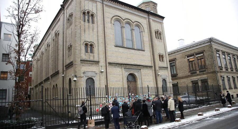 Efter synagogen i Göteborg i december 2017 blev angrebet med brandbomber, mødte lokale op foran bygningen dagen efter og gav udtryk for solidaritet med jøderne ved at skrive hilsner på papirhjerter..
