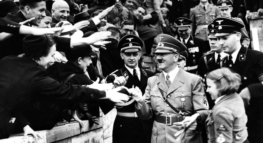 Adolf Hitler fik magten overdraget på ganske legitim vis. Og da han først havde fået den, skyndte han sig ad parlamentarisk vej at eliminere parlamentets magt og tage magten over domstolene.