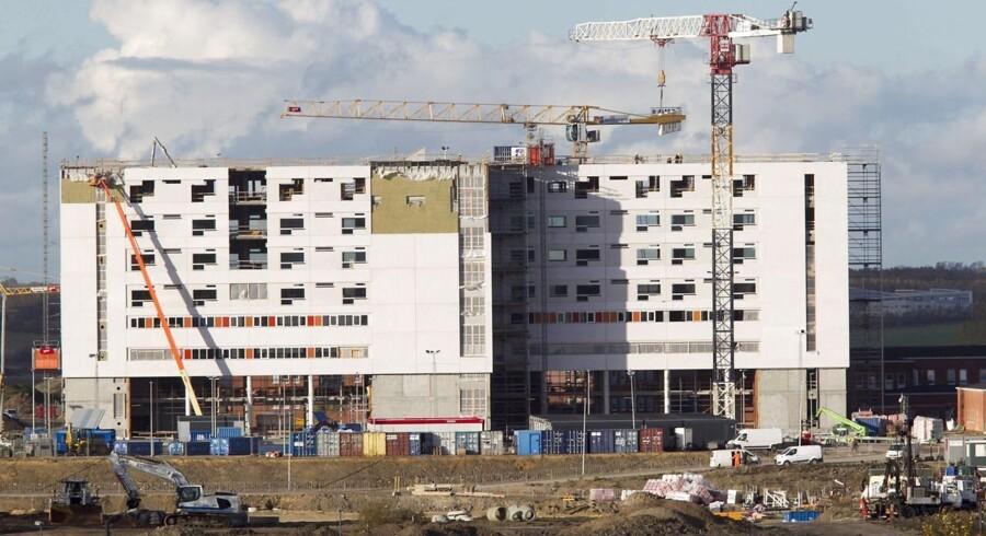 Rod i budgettet betyder nu, at Skejby Sygehus skal skære omkring 300 sundhedsfaglige stillinger. Arkivfoto af bygningen af supersygehuset fra 2015.