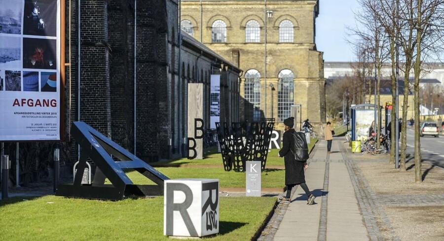 Der er to arkitektuddannelser i Danmark. En i Aarhus og en i København, KADK på Holmen, som billedet stammer fra.