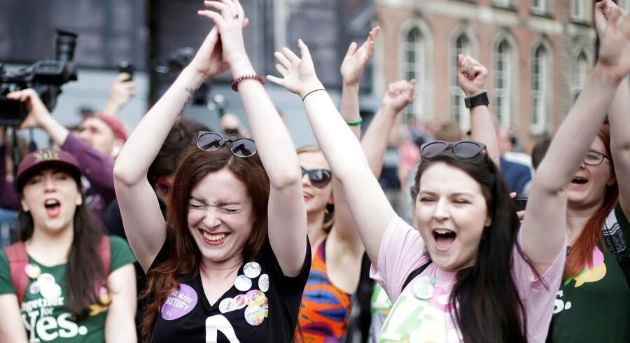 Irske tilhængere af fri abort jubler Dublin, efter at det lørdag stod klart, at fredagens afstemning er falder ud til deres fordel.